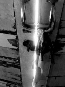 阎良监测站,通往楼顶的大门由两扇木门把守,锁已经起不到任何作用,两扇门是用一块破布绑着。图:华商报
