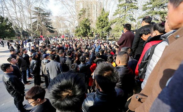 从图片可以看出,尬舞圣地人民公园莲花池广场面积不小,容得下几百围观群众