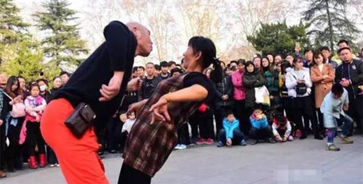 """第3878期 2017-05-01 郑州人民公园""""尬舞""""被叫停,到底尴尬了谁  刘文昭   昭昭在目 244 导语 朋友,你听说过尬舞吗?尬舞,原指街舞里的斗舞,现在却有了不同的含义——""""尴尬之舞"""":舞者并非专业人士,动作全靠即兴发挥,有的像触电,有的像施肥,有的像母鸡下蛋……让人看了尴尬不已。尬舞者中,最火的要数郑州人民公园的""""尬舞天团""""。不过,现在人民公园内已经没有了尬舞者,因为尬舞被公园叫停了。尬舞者也因为一次次的驱逐,在城市中没有了立足之地。 要点速读 1尬舞被叫停,很可能是有人觉得尬舞低俗,影响 - 草根花农 - 得之淡然、失之泰然、顺其自然、争其必然"""
