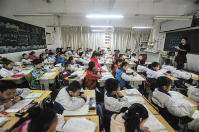 河北燕郊汇福实验学校,小学部一个班有近80个学生,课堂拥挤