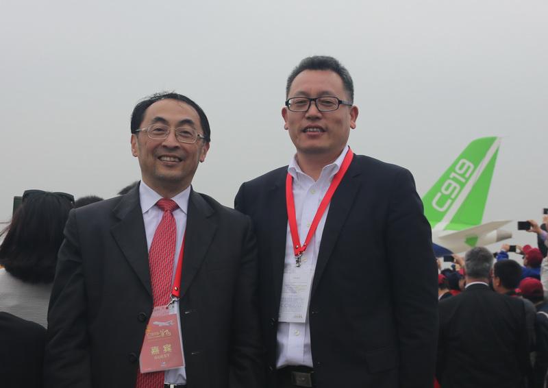 作者与中国航发商用发动公机司董事长张玉金摄于首飞现场
