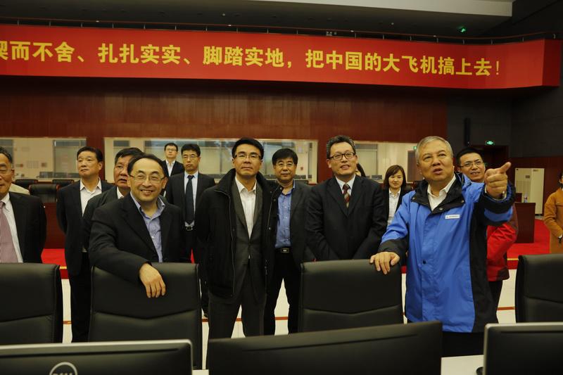 右一为中国商飞副总裁兼C919总设计师吴光辉