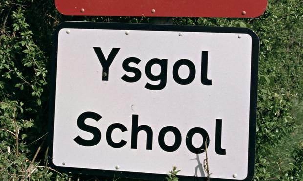 在威尔士,双语标识牌随处可见