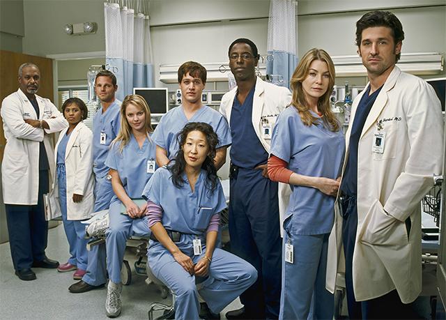 《实习医生格蕾》剧照,住院医师穿浅蓝,主治医师穿深蓝