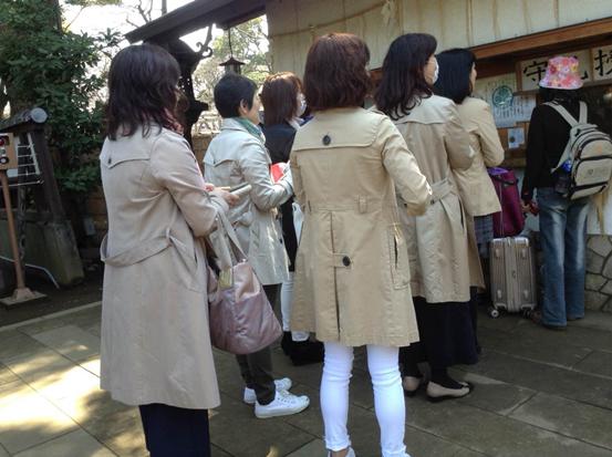 穿米色风衣的日本女性