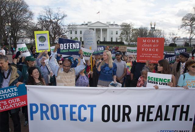 民众在白宫抗议川普政府取消与气候变化研究相关的经费支出