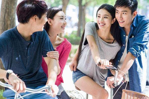 大学生在校园里谈恋爱,不应被视为洪水猛兽。图片来自网络