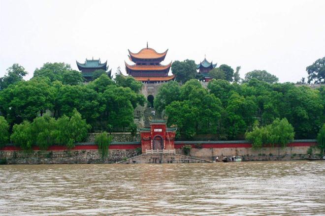 图:相比于完全复建的滕王阁和黄鹤楼,岳阳楼要小很多