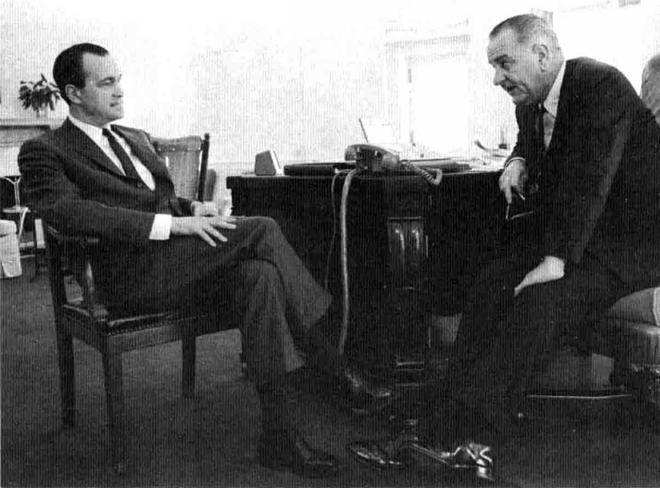 中情局局长赫尔姆斯(1966-1973,左)与约翰逊总统合影。