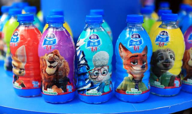疯狂动物城狐狸喝饮料