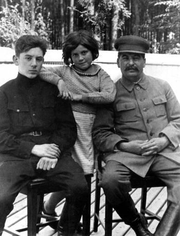 图:二战前,斯大林和长子雅科夫、女儿斯维特兰娜合影