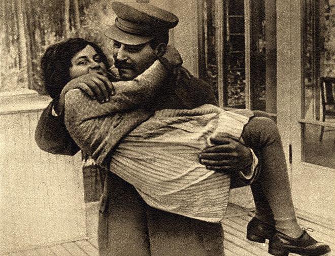 图:1935年,斯大林怀抱女儿斯韦特兰娜