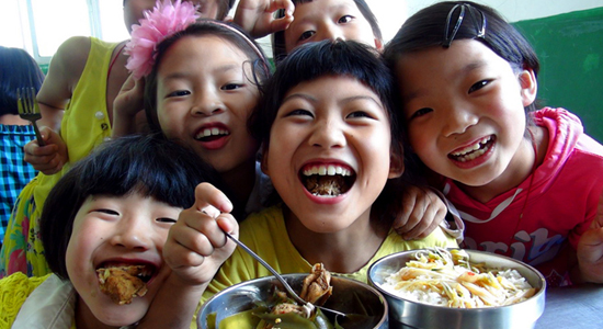 一年365天,学生在校200 天,这是解决营养不良问题的好时机