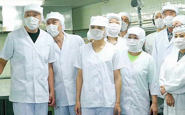 日本学校食堂的卫生要求超过一般餐厅。图片来源:日剧《Chef~三星营养午餐》剧照