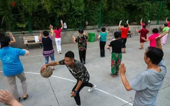 篮球青年和广场舞大叔大妈的冲突并不少见