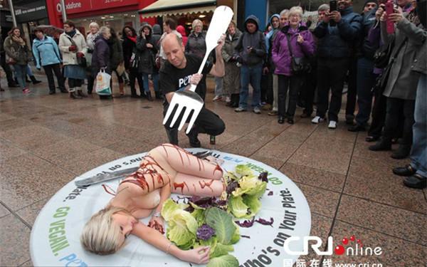 动物保护者通过行为艺术的方式,呼吁只吃素食。图片来源:国际在线