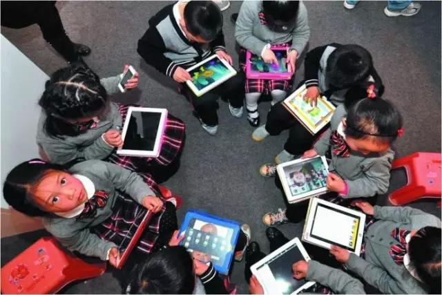 """越来越多的中国孩子是由""""电子保姆""""带大的"""