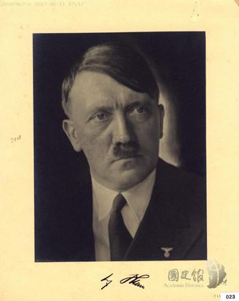 """图:希特勒赠蒋介石签名照片,台湾""""国史馆""""藏"""