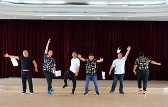 流水线上的合唱团_中国人的一天_腾讯新闻_腾讯网