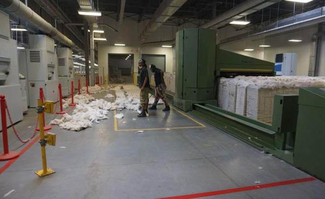 在一家中资纺纱厂工作的美国工人 图/澎湃新闻