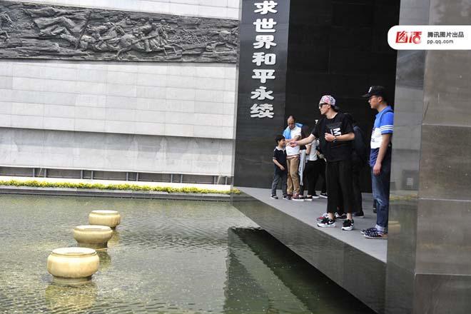 图:2015年,媒体曾报道:南京大屠杀遇难同胞纪念馆和平馆内一水池被参观者投入近万枚硬币