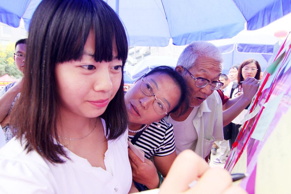 """【图话】中国式""""包办""""相亲:优质剩女遭鄙视"""
