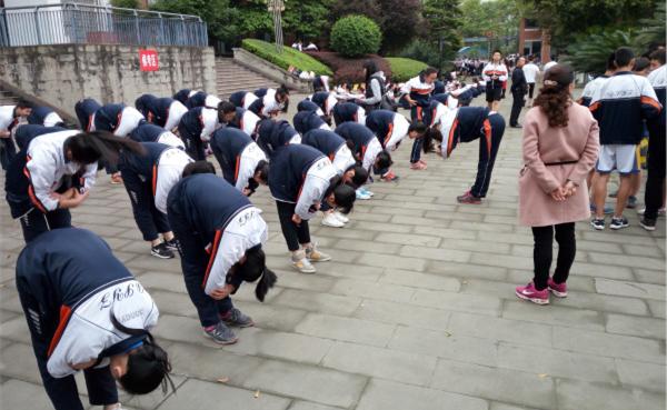 学生们在准备参加体育中考