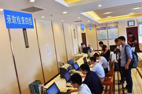 北京高招录取现场,以前录取都是不同学校分批次进驻