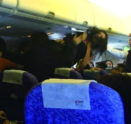 新闻图片:国内某航班打架事件