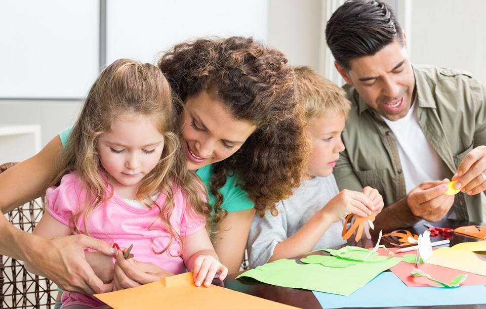 """手工课本来应该是家庭教育的一部分,但一旦被学校、老师布置,往往就变味为""""应试教育""""了"""
