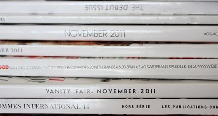 过去10年来,主流时尚杂志为了削减成本,使用越来越薄的纸张,现在这些独立杂志站出来说,我们完全可以把具有设计感的字体印在厚实的纸张上,以10英镑的价钱卖出去。