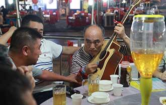 男子街头卖艺30年养活一家人_中国人的一天_腾讯新闻_腾讯网