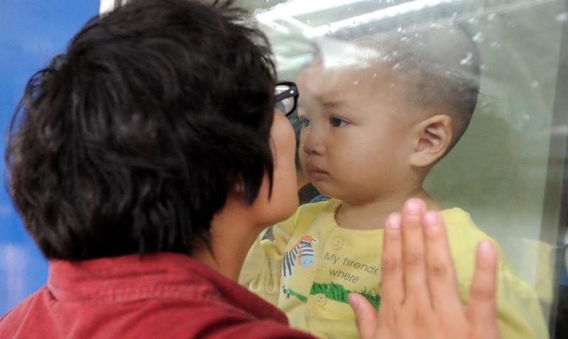 """""""让妈妈回家""""还是""""让孩子进城"""",哪个选择都不容易,图片来源:中国新闻网"""