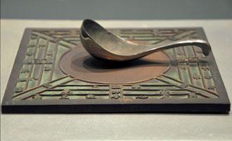 """接受过初、高中历史教育的国人,鲜少有不知道""""司南""""者。在指南针出现之前,司南被认为是古代中国人所发明的最重要的方向辨识工具,也是世界上最早的磁性指南工具。"""