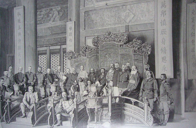 图:八国联军攻陷紫禁城后,在乾清宫内合影。联军带来了新的凿井技术,使京城民众得以饮用到地下几百米处的甜水。