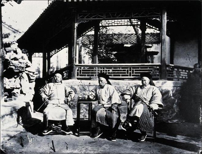 图:1871年,汤姆逊为总理衙门满大臣成林、文祥、宝�](从左至右)拍摄的合影。照片中的茶几显示,这些人属于爱喝热水、戒饮凉水的那部分中国人。
