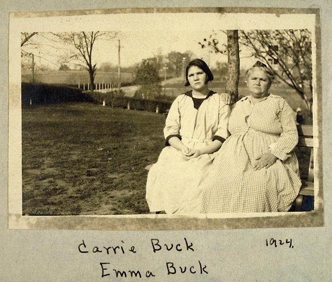 """图:1924年,Carrie Buck(左)与母亲Emma Buck(右)在纽约合影。Carrie Buck父亲早逝,母亲没有受过教育。在Carrie Buck很小的时候,母亲被当局认定为智力低下者送进了收容所。3岁开始,Carrie Buck与养父母一同生活,上了五年小学后辍学。17岁时遭养父的侄子强奸,养父母遂指其智力低下,将其送进收容所。在收容所里,她被智商测验鉴定为智力低下,强制施以绝育手术——事实上,辍学前,老师给她的评语是""""品德和学习两方面都非常好""""。"""