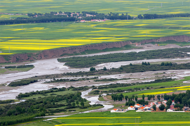 祁连山下的村庄