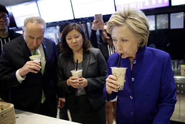 希拉里・克林顿在纽约皇后区品尝珍珠奶茶
