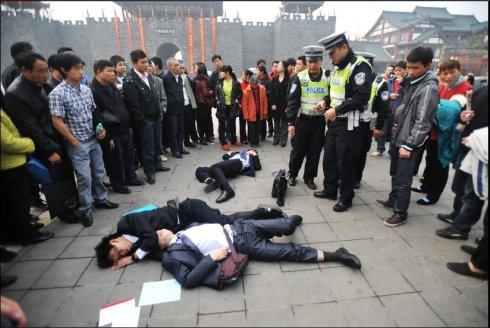重庆九龙坡区巴国城,三名喝醉的年轻人倒在广场。据悉,他们是来参加某公司招聘销售人员的复试