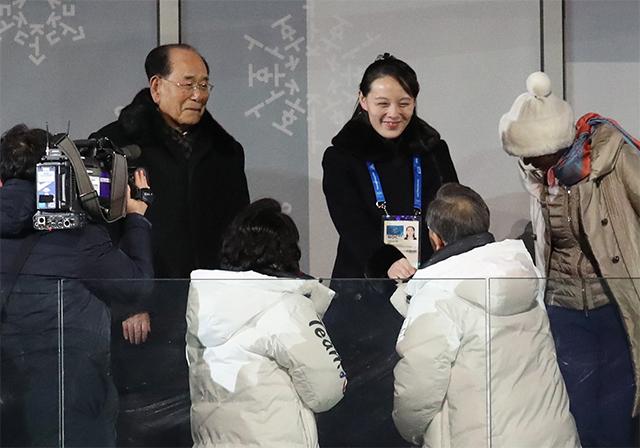 文在寅在冬奥开幕式上与金与正握手