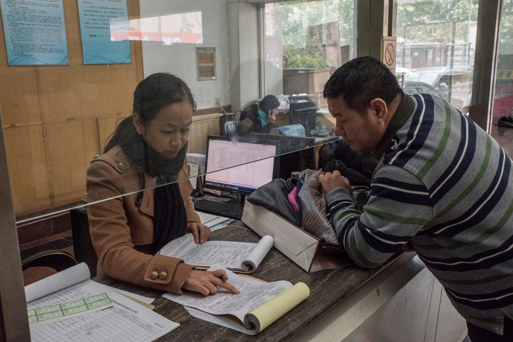 职业打假人士在济南产品质量检测中心去测试衣服,他每年可获得90万赔偿,但减去各项成本,只剩下20多万元