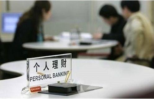 在银行里穿着正式服装的人,未必是银行工作人员,还可能是保险公司的人