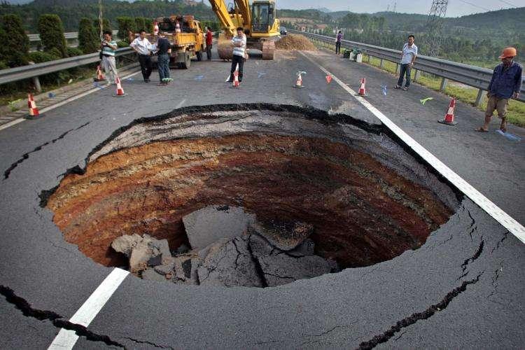 中国很多城市都出现沉降或路面塌陷,很大原因就是超采地下水