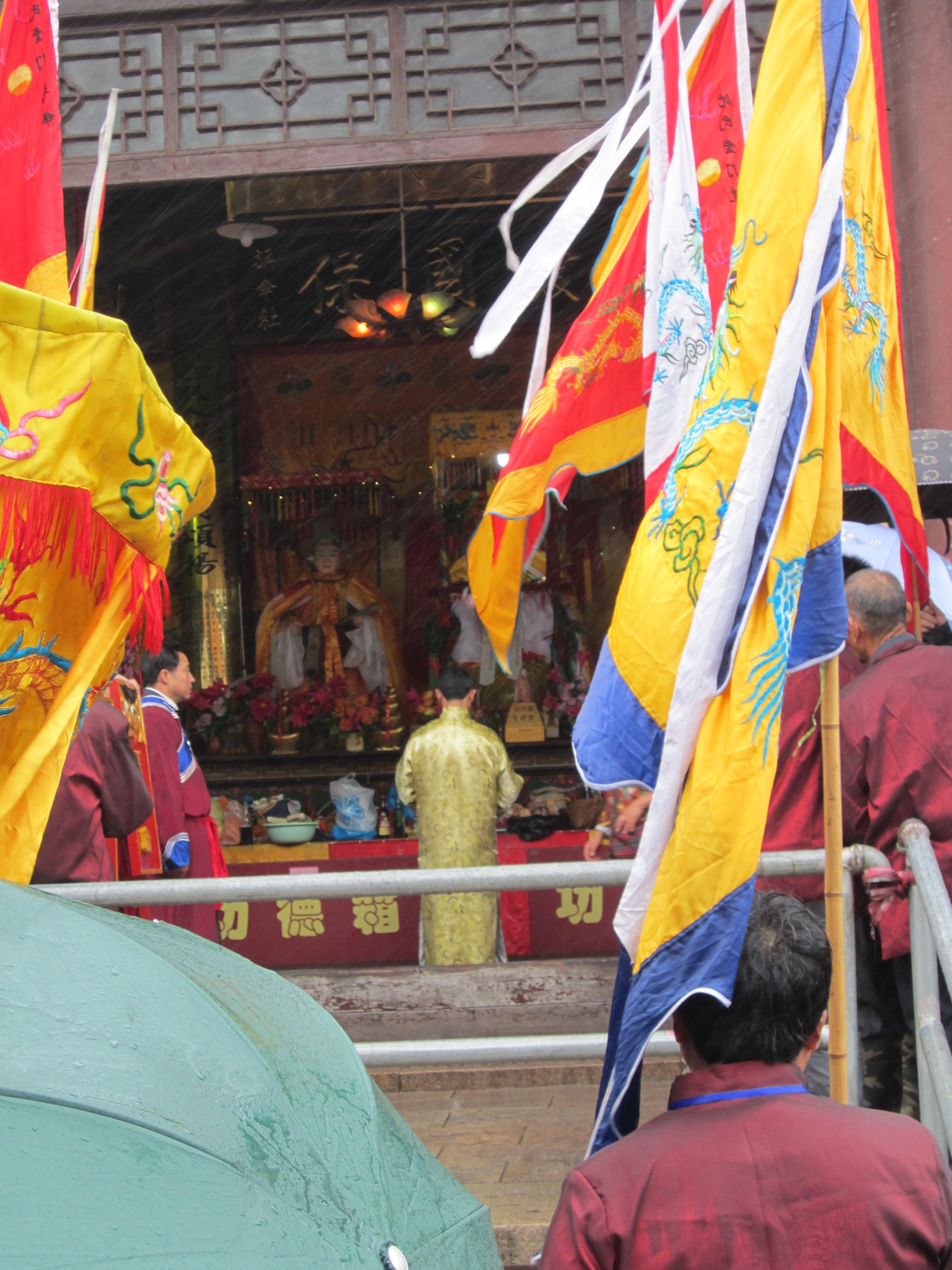 一个神社正在刘王庙做祭拜仪式