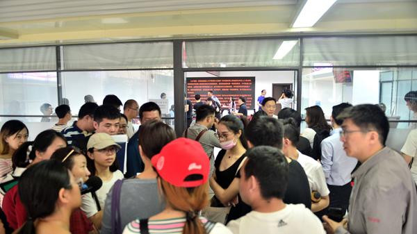 """5月17日,天津市河西区""""海河英才""""引进落户办事大厅内外排满了咨询、申请落户的人"""
