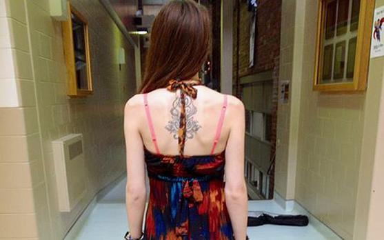 加拿大学生维金斯因穿这件裙子参加高中毕业舞会被学校批评