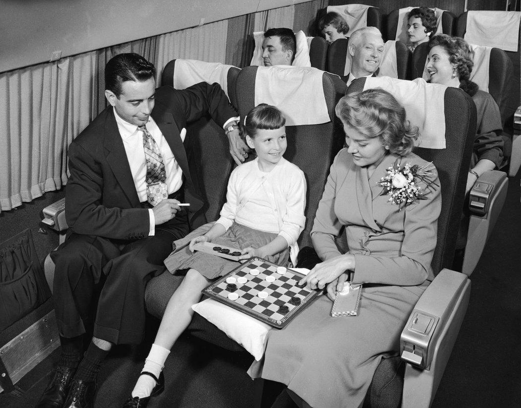 几十年前,就算是坐飞机,大多数美国人都穿正装