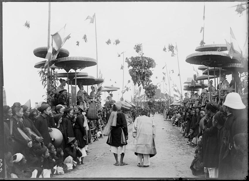 1897年越南科举南定省乡试现场,秀才进入考场,人们夹道欢迎