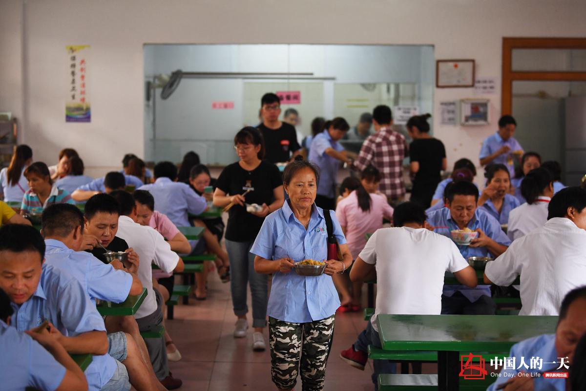 """中国人的一天第3089期:中国女工赶制100万""""狼仔"""""""